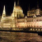 Parlamentet fra en båt på Donau på kvelden.