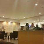 réception de l'hôtel et Fadela en bleu hôtesse Thalasso