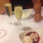 Postre con dos copas de champán
