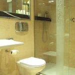 Baño de habitación doble estándar.