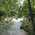 Rio que cruza o jardim