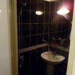 浴室很少, 淋浴, 水會潑到馬桶, 這是缺點.