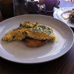 Kräuter-Käse Omelett auf australischem Brot