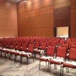 Salão de convenções. Pé direito de 7,40; modulável, climatizado e capacidade de 2.000 pessoas em
