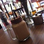 Banane-Nutella-Kokos Smoothie in einem besonderen Glas. Hervorragend!!!