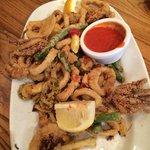 Calamares con verduras y limón frito
