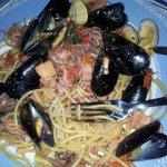 Spaghetti con cozze, vongole, polipo, calamari e altri frutti di mare