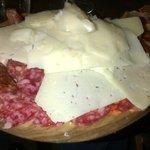 Assiette de charcuterie avec tranches de fromage