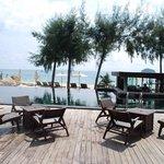 วิวสวย ๆ จากห้องอาหาร เห็นหาดกับสระว่ายน้ำ