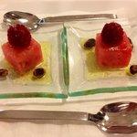 cortesia della casa: anguria e lamponi in olio d'oliva sale e pistacchi