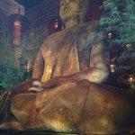 Статуя будды с бассейном