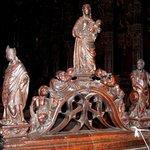 Arcature de la stalle n° 74 : Marie et son enfant, glorifiés par un choeur d'anges