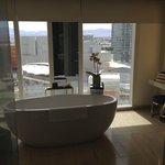 Salle de bain (baignoire, toilettes et douche à l'italienne) tres tres spacieuse