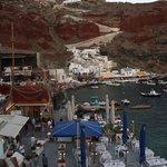 Blick von der Strasse in den kleinen Hafen