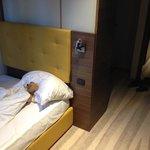Kinderzimmer mit billigen Sperrholzschränken