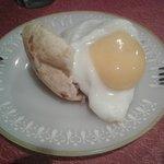 Pão de queijo recheado com pernil e ovo