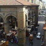 Vista da janela do quarto para o Mercado Nuovo, feira de artigos de couro.