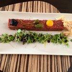 tartare de boeuf avec copeaux de foie gras, oeufs de caille et caviar