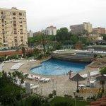 внутренний дворик отеля с бассейном