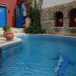 L'entrée de l'hôtel et sa piscine