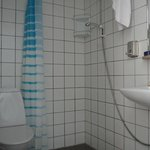 Das Bad - in allen Zimmern ähnlich: nach einmal Duschen unter Wasser für den Rest des Tages