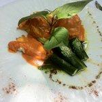 Fiori di zucchina ripieni di ricotta di bufala accompagnati da un'emulsione di pomodorini