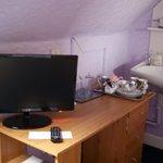angolo TV e bar della stanza