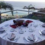 Tisch mit herrlichem Blick auf die Amadores Bucht