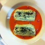 Lasaña de anchoas con crema de tomate