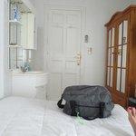 chambre avec meuble, lavande et tv