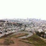 La route qui monte à Twin Peaks et SF en fond