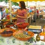 verse olijfen op de markt in Anglet