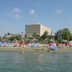Вид на пляж и отель с моря