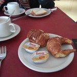 Tipico Desayuno Argentino: café con medialunas y dulce de leche
