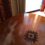 Uma mesa do quarto.