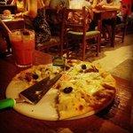Pizza metade frango catupiry, metade carne de sol.