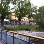 hostel e cafe visto do barco