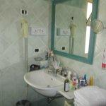 в ванной комнате еще есть душевая кабина и биде