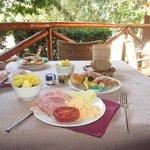 завтрак на открытой веранде