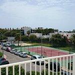 Utsikt från balkongen, Tennis bana, fotbollsplan, och strand vollybollbana