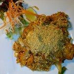 Spaghetti di riso fritti con gamberetti, verdurine, uova e noccioline