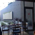 Salão de café da manhã com vista para jardim de inverno!