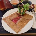 Gallette con formaggio di capra e prosciutto e sidro rosé