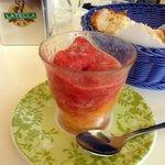 granita al gusto di melone e fragoline di bosco