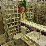 Cliff View Bungalows: Das Bad ist modern, minimalistisch, aber liebevoll eingerichtet