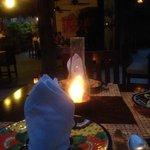 Cena romántica en el restaurante, a unos metros del mar y de tu habitación.