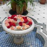 Petite fontaine, toujours fleurie de roses.