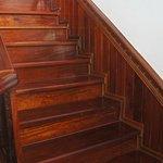 l'escalier en bois précieux, montant à l'unique étage