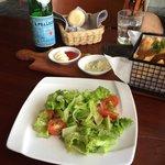 フリッターとセットのサラダ