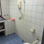 Nedslidt badeværelse